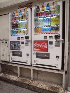 新宿アルタ裏にある自動販売機