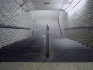 新宿サブナードへと続く階段