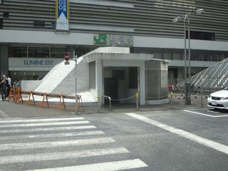 新宿駅近くの謎のほこら