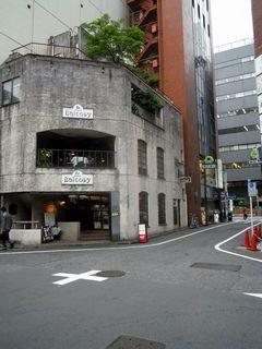 末広通りの喫茶店バルコニーと近くの交差点