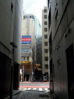 そびえ立つビルの間からの撮影