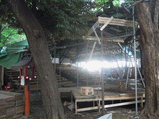 花園神社の境内にて演劇場の解体作業中