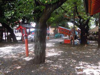 花園神社の準備中の出店