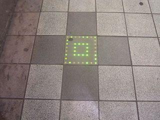 新宿大ガード下の歩道にある謎の文様