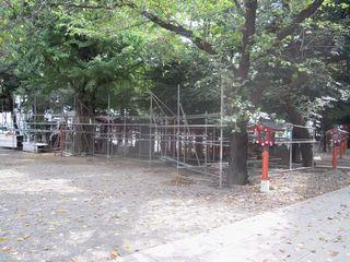 工事が開始されそうな花園神社境内の建物
