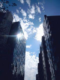 ビル間の青空