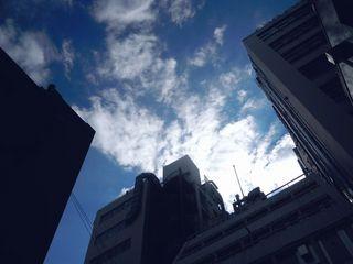 ビルと青空と白い雲