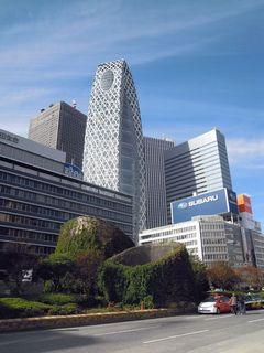 新宿西口出てすぐあたりのビル群
